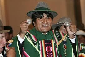 Evo Morales. con poncho verde